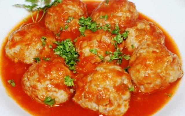 Курячі тефтелі в морквяно-томатному соусі. Готуємо в мультиварці