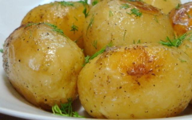 Молода картопля, запечена в мультиварці