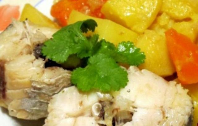 Простий рецепт риби тушкованої з овочами в мультиварці