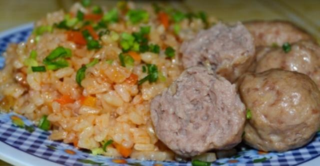 Рис з овочами та фрикадельками в мультиварці