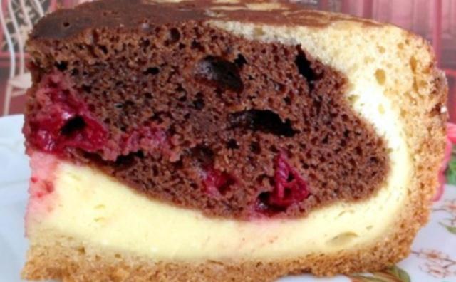 Шоколадно-сирний пиріг з вишнею